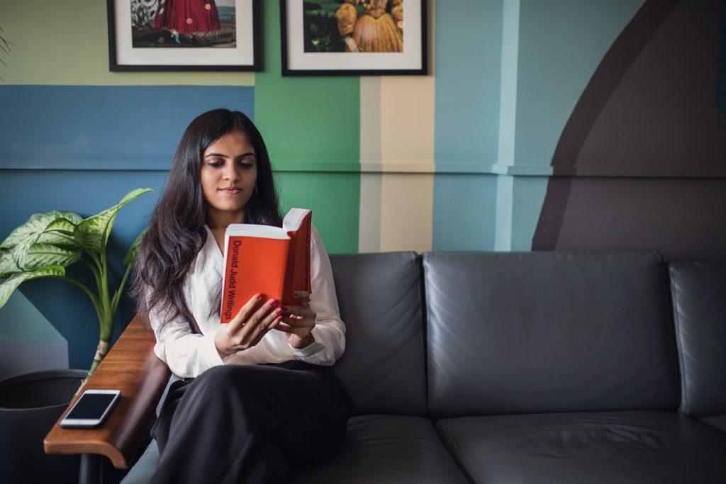femme lisant dans son canapé